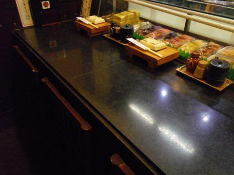 寿司屋の醍醐味であり、職人の仕事が目の前で見ることのできるカウンター席。常連も多い人気席です。その日のおすすめやお酒などはぜひお気軽にお声がけください。